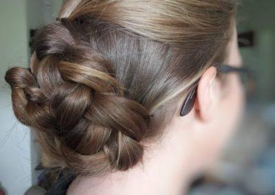 coiffure bal de fin d'année tressé en chignon droit